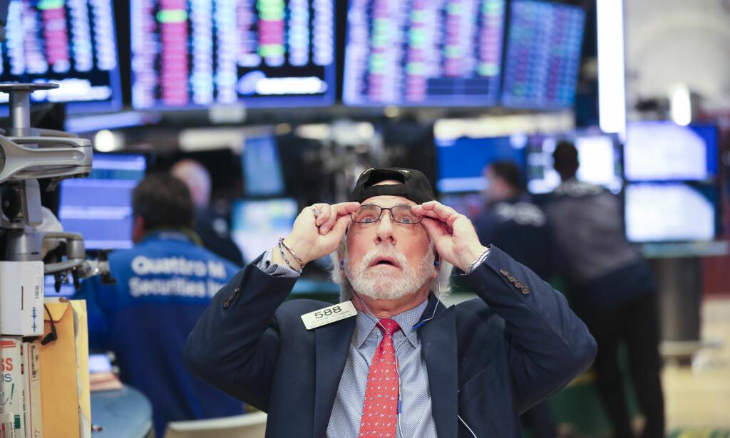 PANIKK: Folk solgte aksjer i panikk på New York-børsen i går. Nedgangen har forplantet seg over hele verden. Fallet er ennå ikke over, tror analytikere. Foto: Wang Ying / Zuma Press / NTB Scanpix