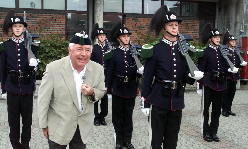 OSLO-BESØK: Tegneren Mort Walker i gardeleiren i Oslo under sitt besøk i 2000. Selv var han soldat under andre verdenskrig. Foto: Lise Åserud/NTB Scanpix