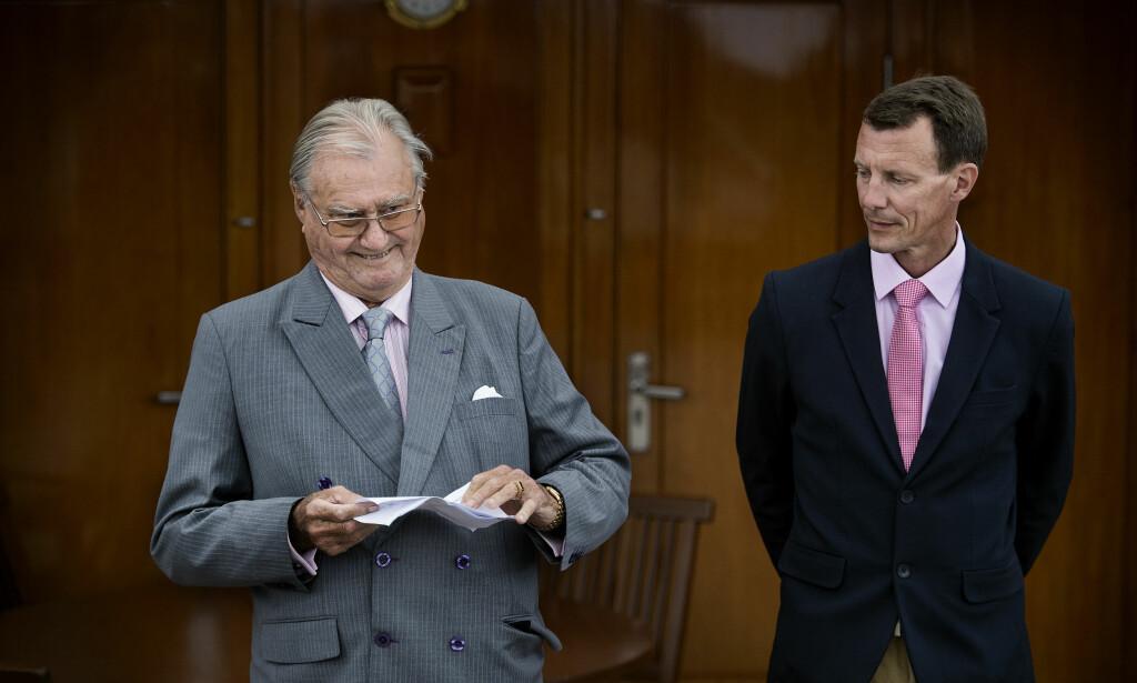 FAR OG SØNN: Prins Joachim (t.h.) forklarer at familien er lettet over å finne ut at prins Henrik har en svulst som er godartet. Foto: NTB Scanpix