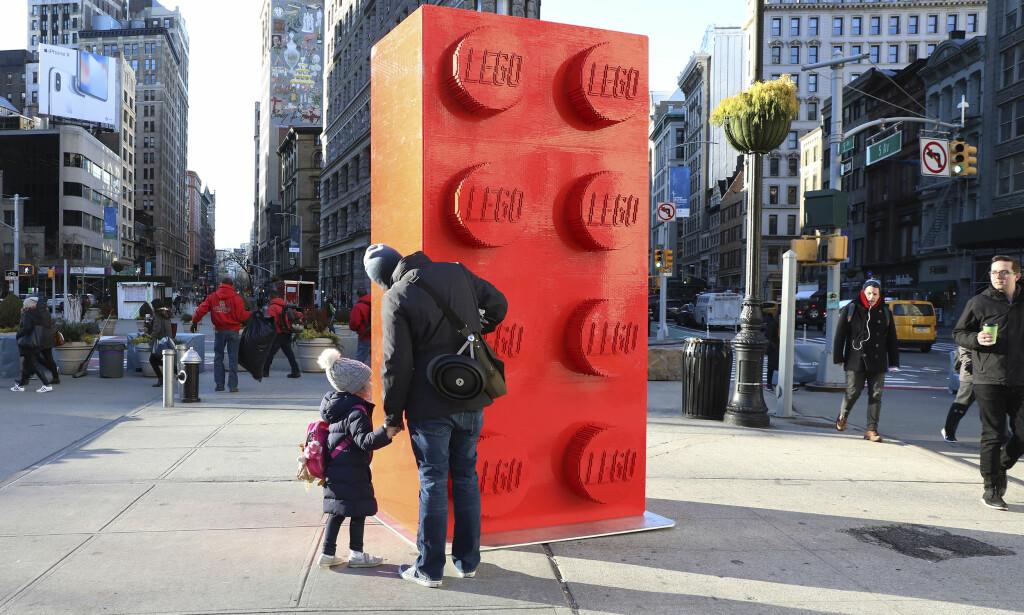 SLÅR TILBAKE: Lego sier seg uenig med konklusjon i britisk studie om at legoklosser fra 70- og 80-tallet kan være helseskadelige. Bildet viser Lego-stunt i New York i januar, i anledning den ikoniske legoklossens 60-årsdag. Foto: Amy Sussman/ AP/ NTB Scanpix
