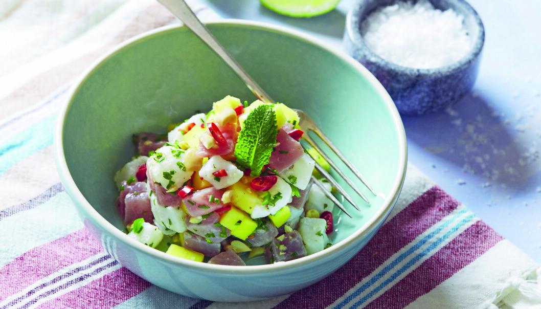 TUNFISK OG BROSMEPOKÉ I MANGO: Rå fisk og frisk frukt gir en herlig smakskombinasjon, og fargene er svært dekorative på tallerkenen. FOTO: «Poké!; fargerik gatemat fra Hawaii»