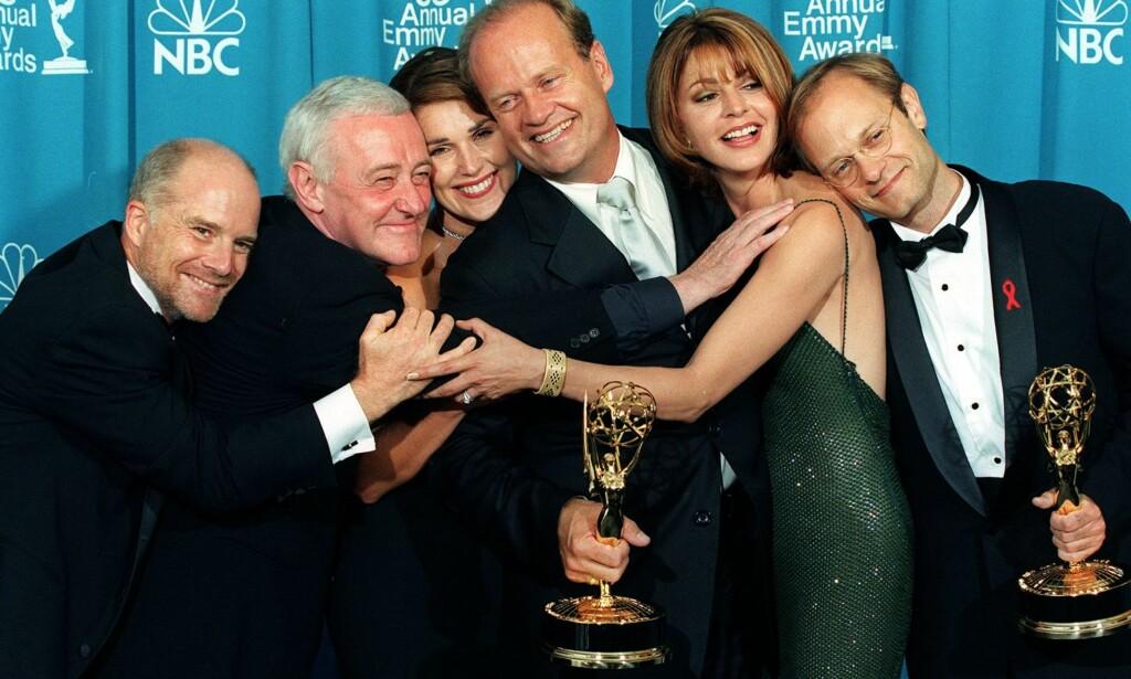 GIKK BORT: «Frasier»-stjernen John Mahoney (nr. to f.v.) er død. Her avbildet etter at serien fikk Emmy-pris i 1998. F.v: Dan Butler (Bob Briscoe), John Mahoney (Martin Crane), Pero Gilpin (Roz Doyle), Kelsey Grammer (Frasier Crane), Jane Leeves (Daphne Moone) og David Hyde Pierce (Niles Crane). Foto: AFP / NTB scanpix