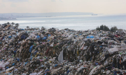 image: Pleide å ha sjøutsikt. Nå skjuler havet seg bak dette søppelberget