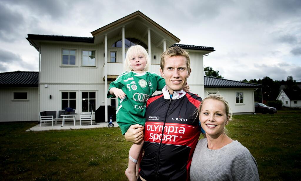 HJEMME IGJEN: Her er Frank Løke (38) hjemme i Stokke med kona Anette og yngstedattera Edel (4). Foto: John T. Pedersen / Dagbladet