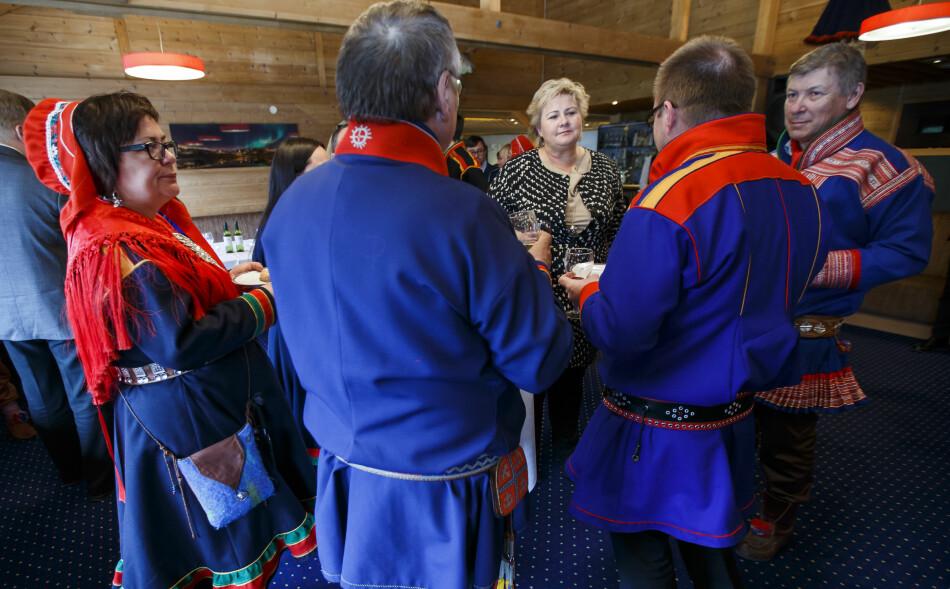FULL FORVIRRING.Norske myndigheter og Sametinget bruker forskjellige betegnelser om dagen i dag, som er Samefolkets dag. Her er statsminister Erna Solberg på besøk i Sametinget i 2015. Foto: Heiko Junge / NTB scanpixFoto: Heiko Junge / NTB scanpix