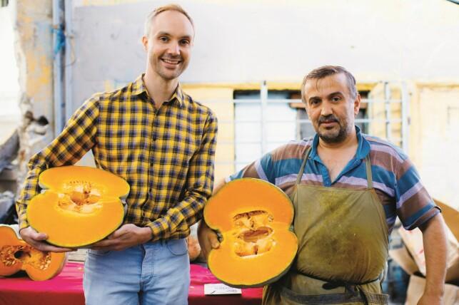 RÅVAREELDORADO: Vidar Bergum blogger om mat fra sitt hjem i Istanbul. Her er han på sitt lokale marked, der han stadig finner nye og spennende råvarer. Foto: Bahar Kitapci