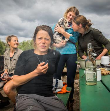 IKKE HELT ISOLERT: I motsetning til vanlige deltakere, fikk kjendisene lov til å ta én telefon i uka. Foto: Alex Iversen / TV 2