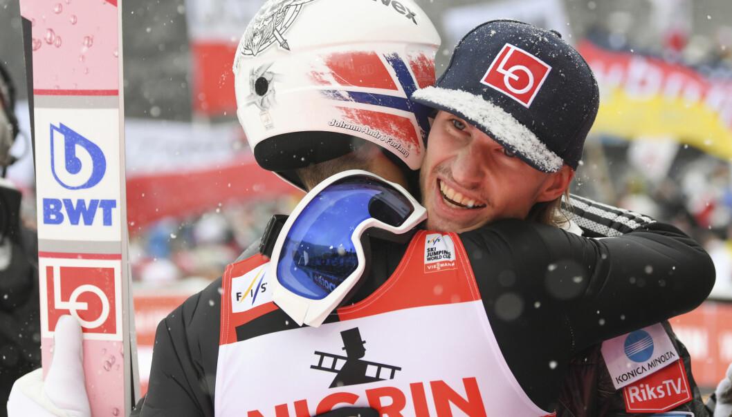 <strong>DA ALT STEMTE:</strong> Daniel Andre Tande gir Johann Andre Forfang en klem etter seieren i ett av fjorårets mange suksessrenn. Nå er virkeligheten blitt en annen for hoppmiljøet. FOTO: DPA/Arne Dedert
