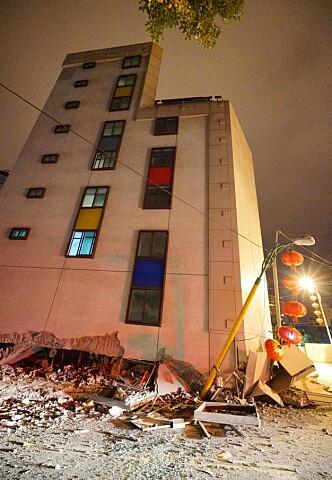 SKADD HOTELL: Marshal Hotel ble kraftig rammet. En av hotellets ansatte døde da en av de nedre etasjene kollapset. / AFP PHOTO / PAUL YANG