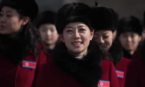 CHEERLEADERE: Nord-Korea har sendt en delegasjon på 230 cheerleadere til OL. AFP PHOTO / Ed JONES