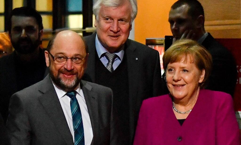 FEM MÅNEDER ETTER VALGET: Angela Merkel har blitt venn igjen med Sosialistpartiet SPDs leder Martin Schulz (til venstre) og CSU-leder i Bayern Horst Seehofer. Her da regjeringsforhandlingene fortsatt var uavklart sist fredag. Foto:John MacDougall, AFP/NTB Scanpix.