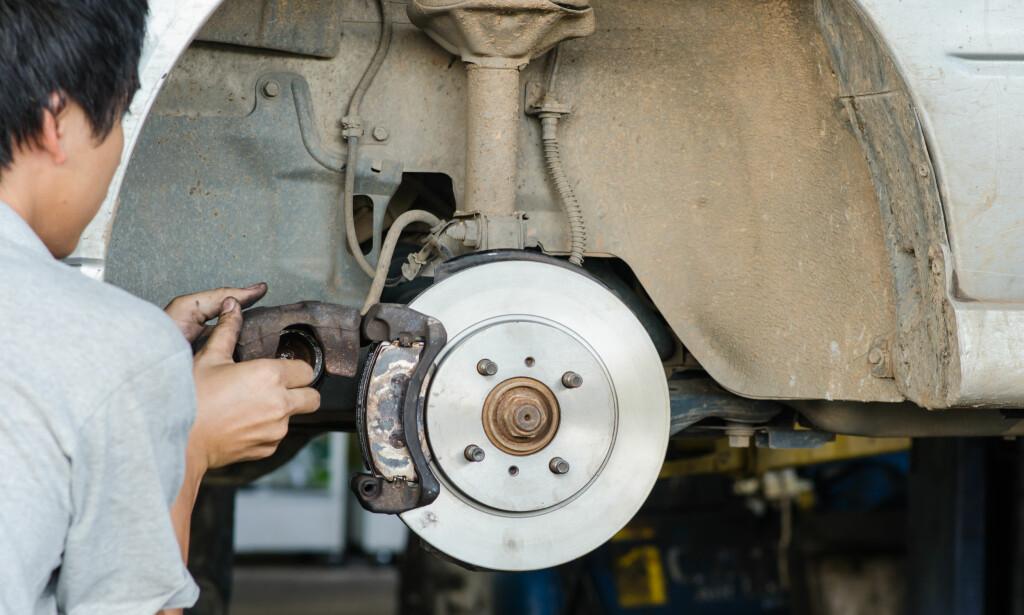 RUSTGARANTI: Å måtte skifte bremseskiver på grunn av rust på eldre biler er normalt. Det er også få bilmerker som gir nybilgaranti mot rust på bremseskivene. Foto: Shutterstock