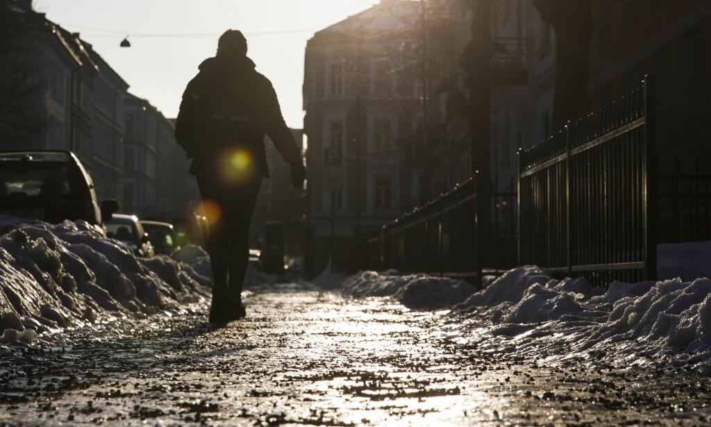 GLATT: Etter en unormalt kald, snørik og fuktig vinter med stedvis dårlig brøyting er det hålkeføre og dype hjulspor i mange gater på Østlandet. Her fra Majorstua i Oslo onsdag. Foto: Håkon Mosvold Larsen / NTB scanpix