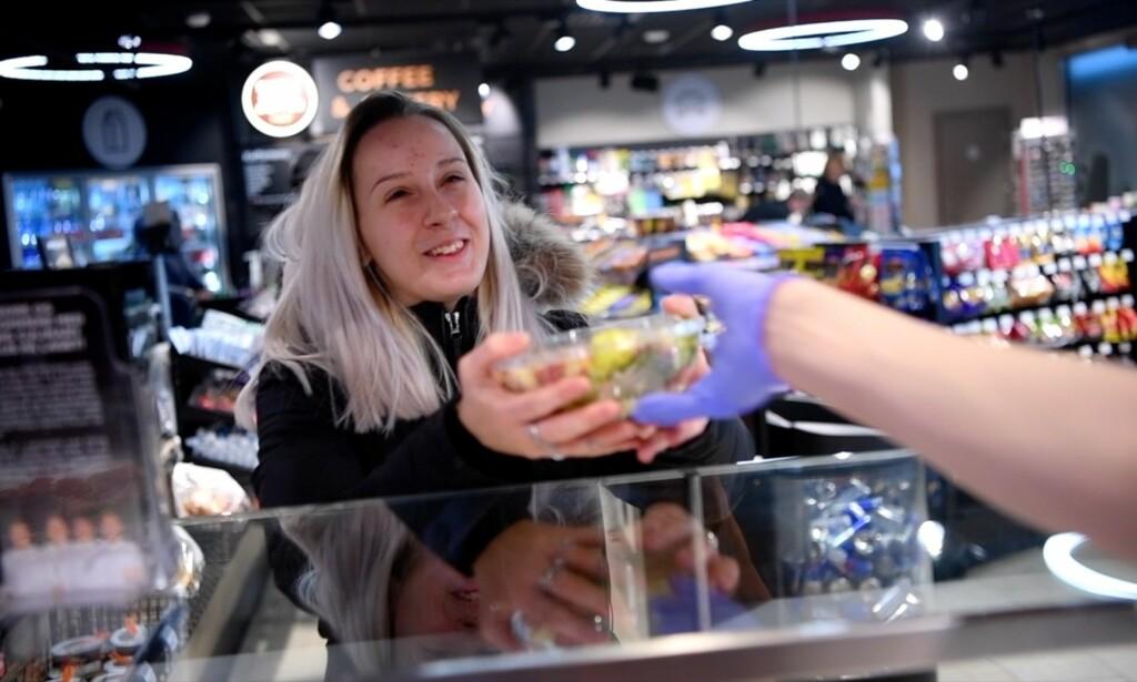POSITIVT OVERRASKET: Amanda (20) er glad hun nå kan velge sunne salater og et mer variert utvalg når hun trenger en kjapp matbit. Foto: Thomas Rasmus Skaug
