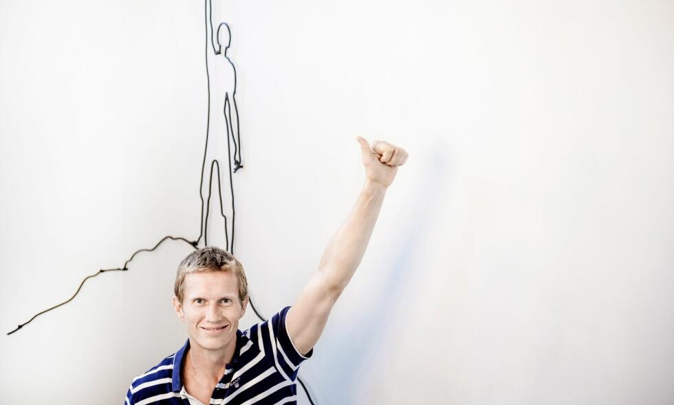 HEMMELIGHETSFULL: Frank Løke har skapt overskrifter etter at han viste fram en mystisk flørt på Instagram. Her hjemme i huset på Stokke, med en dekorativ figur som skal forestille ham selv, på toppen av Mount Everest, en gang i framtida. Foto: John T. Pedersen / Dagbladet