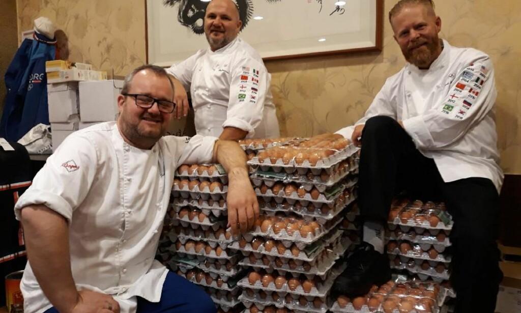FEILBESTILLING: De norske kokkene (f.v. Ståle Berge, Ståle Johansen og Trond Skogvoll) fikk ti ganger så mange egg som de trodde de hadde bestilt. Oversettelsestabben går nå sin seiersgang i internasjonale medier. Foto: Amund Skrutvold / Olympiatoppen / NTB scanpix