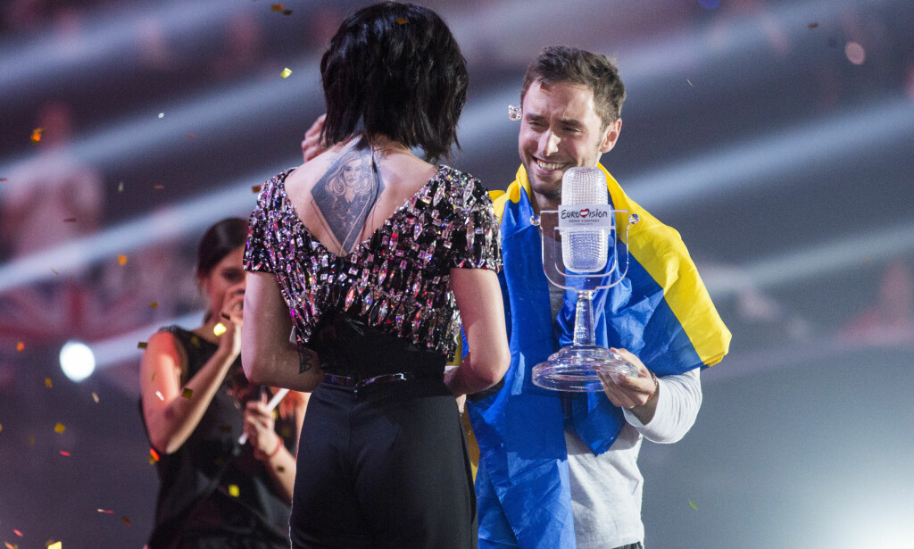 VANT: Måns Zelmerlöw vant «Eurovision Song Contest» i 2015 med låta «Heroes». Her mottar han pokalen på scenen i Wien. Foto: Tore Meek / NTB scanpix