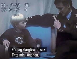 BLIR AVHØRT: Fem år gamle Robin avhøres av sjefsetterforsker Rolf Sandberg etter at Kevin Hjalmarsson ble funnet drept. Foto: Skjermdump / NRK / SVT