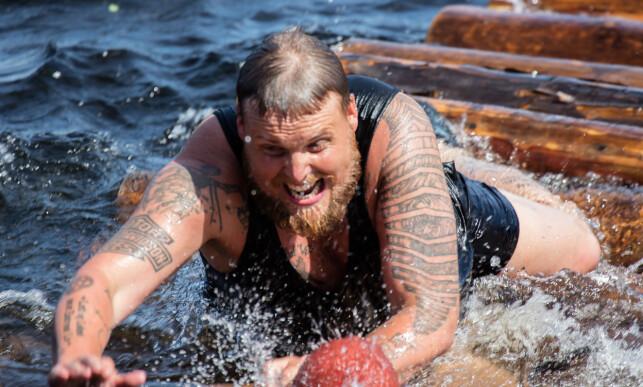 TØFFE TAK: Stian Thorbjørnsen var nær å gi seg etter den første runden, men valgte likevel å fullføre hinderløypa. Foto: Alex Iversen / TV 2