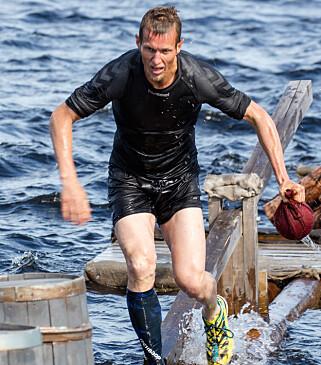 I AKSJON: Frank Løke slo seg både gul og blå etter den røffe hinderløypeøvelsen. Foto: Alex Iversen / TV 2