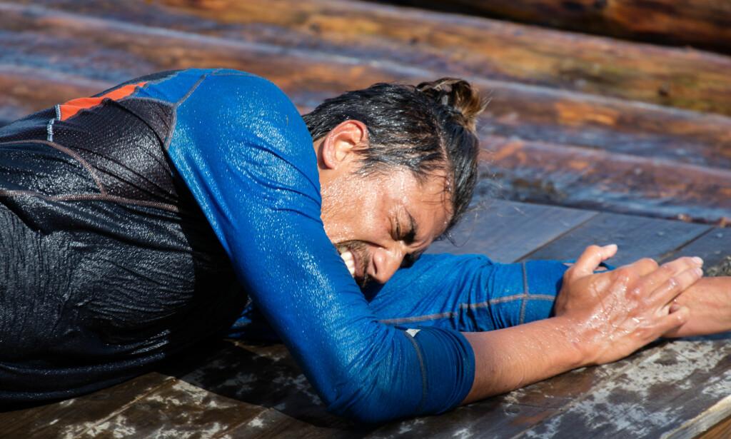 SLITEN KAR: Stian Sandø tok seg vann over hodet, bokstavelig talt, under kveldens hinderhøypekonkurranse. Foto: Alex Iversen / TV 2