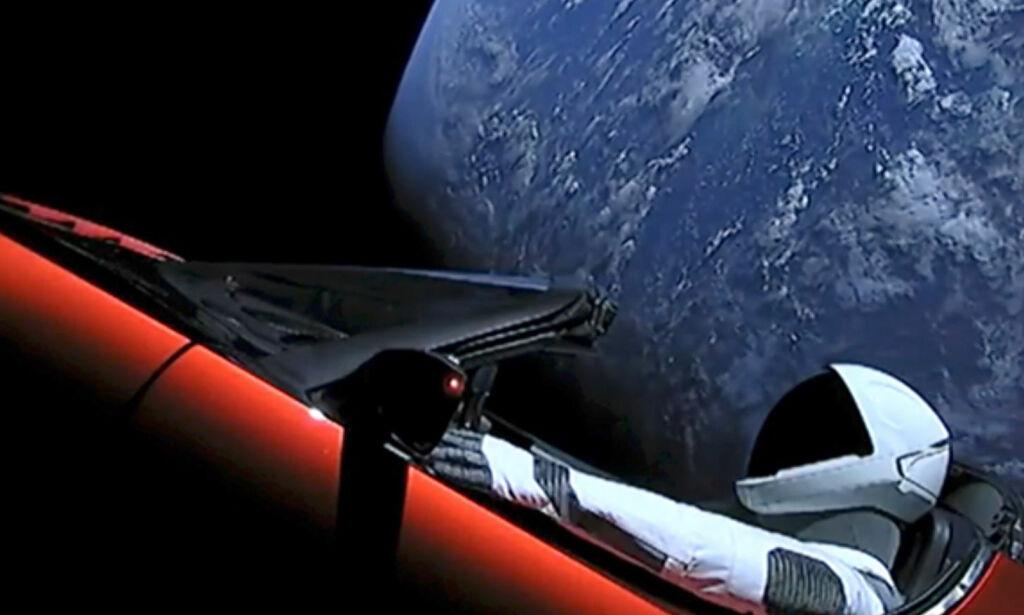 image: Lover at Teslaen skal sveve i rommet i en milliard år. Forskere tviler