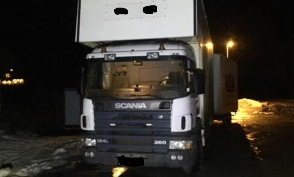 22 DAGER PÅ VEIEN: Denne lastebilen ble tirsdag stoppet i Stokmarknes i Nordland. Sjåføren hadde kjørt hver dag i 22 dager uten hvile. Foto: Statens vegvesen