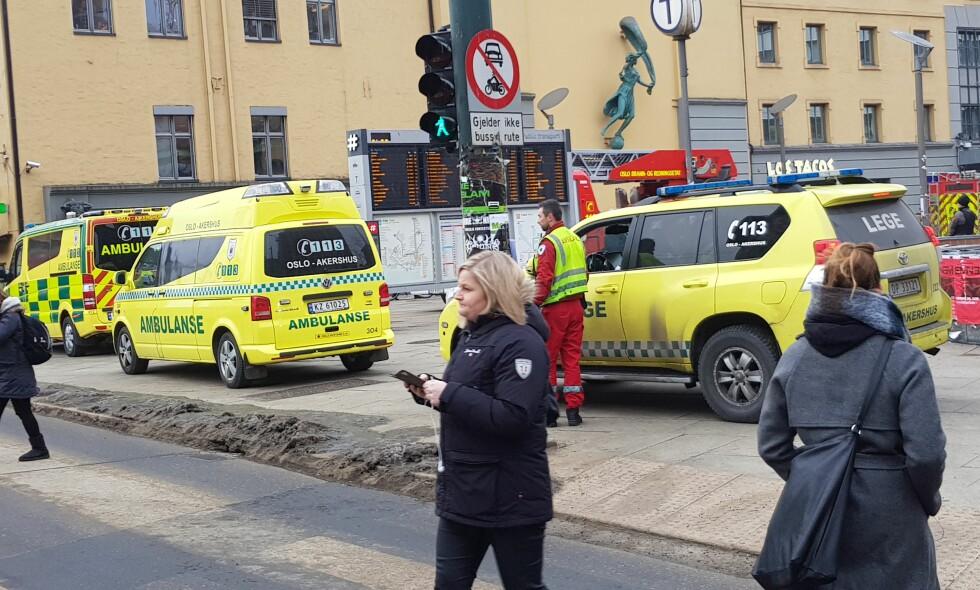 STANS OG FORSINKELSER: Gnister, smell og røyk har ført til røykutvikling ved Jernbanetorget T-banestasjon i Oslo. Foto: Lithan Haran