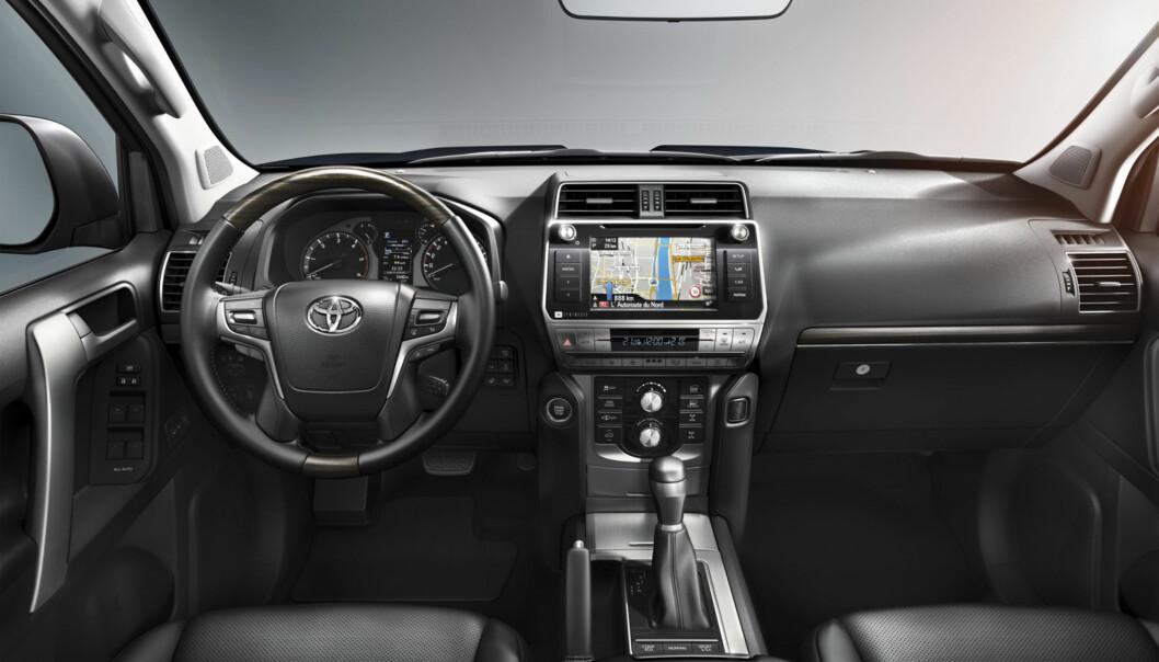<strong>OPPGRADERT:</strong> Interiøret er blitt ryddigere, fått større skjerm, nytt ratt, og en multiskjerm mellom instrumentene. Foto: Toyota