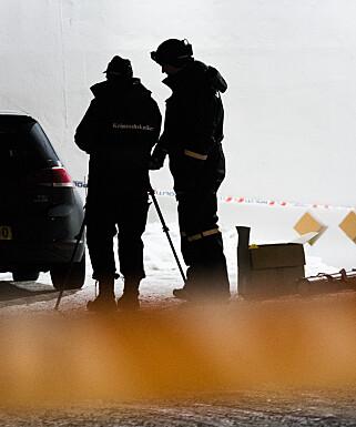 SØKER SPOR: Krimteknikere jobbet i går kveld og utover natta på åstedet på Holmlia. Foto: Berit Roald / NTB scanpix