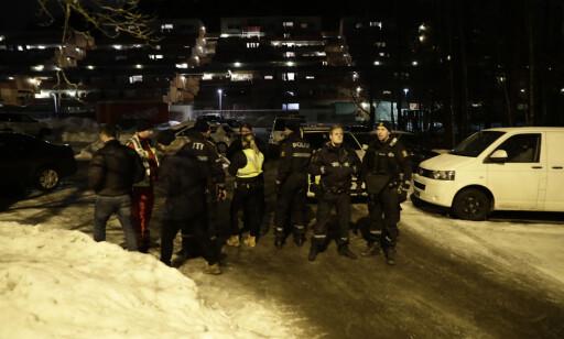 STORE STYRKER: Det var store mengder politi ved åstedet. En rekke vitner ble avhørt. Foto: Berit Roald / NTB scanpix