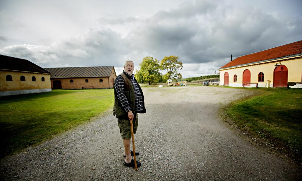 POPULÆR: Den svenske kriminologen og forfatteren Leif G.W. Persson er en favoritt blant mange. Her fotografert på gårdsplassen hjemme i Sörmland. Foto: ANITA ARNTZEN