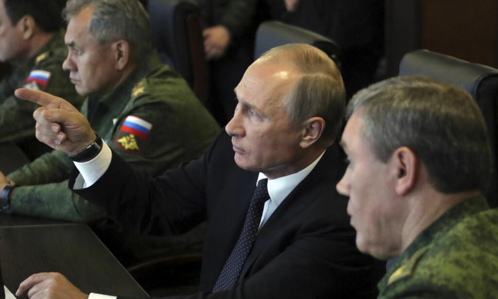RUSTER OPP: Mens Norge bruker mindre av GDP til forsvar i 2018 i forhold til i fjor, ruster våre naboer i øst, Russland, opp. I fjor høst gjennomførte de en stor militærøvelse ved grensa til Europa, med Vladimir Putin som tilskuer. Foto: Mikhail Klimentyev / Reuters / Scanpix