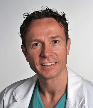 SPENT: Harald Vindenes, overlege på avdeling for plastikk og rekonstruktiv kirurgi ved Oslo Universitetssykehus, sier at det blir spennende å se om de nye ørene til pasientene i studien vil holde form og størrelse over lengre tid. Foto: Oslo Universitetssykehus