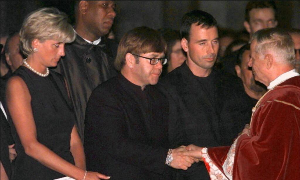 SAMMEN I SORGEN: Her er prinsesse Diana og Sir Elton John avbildet sammen i forbindelse med Gianni Versaces begravelse. Foto: AFP / GERARD JULIEN