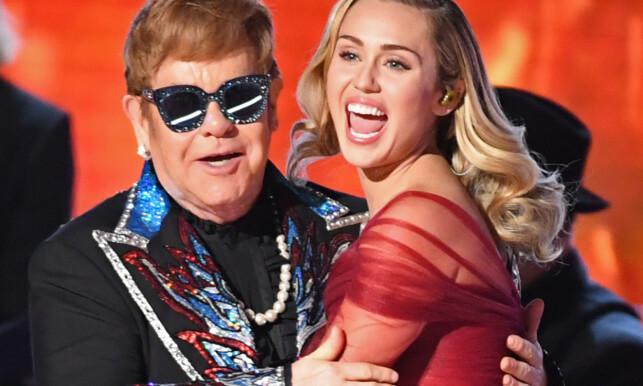 SLUTT PÅ TURNÉLIVET: Elton Johns nye turné vil bli hans siste. Her avbildet sammen med musikerkollega Miley Cyrus. Foto: AFP / Timothy A. Clary