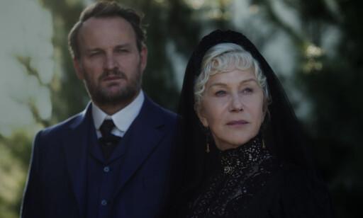 SPØKELSESHUS: Helen Mirren spiller rollen som Sarah Winchester, og Jason Clarke spiller Dr. Eric Price i filmen. FOTO: Filmweb