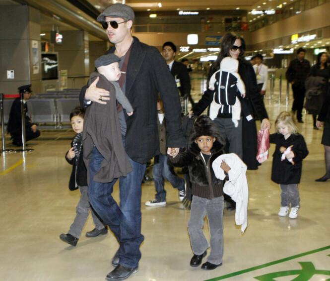 SØSKENFLOKK: Angelina og Brad har fått mye oppmerksomhet for alle sine barn. Her var familien på flyplassen i Tokyo i 2009. Foto: NTB Scanpix