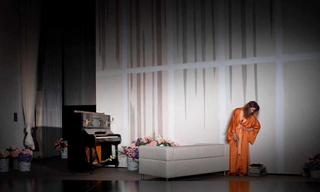 EN HEDDA: Helga Guren spiller Hedda Gabler på Rogaland Teater. Foto: Stig H. Dirdal, Rogaland Teater