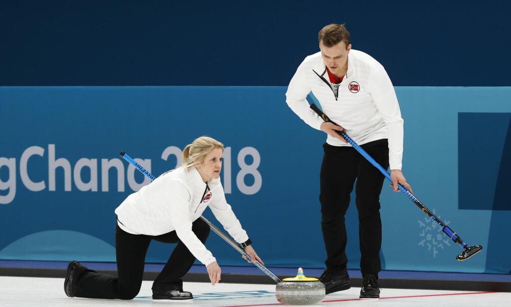 SLO VERDENSMESTERNE: Kristin Skaslien setter kampens siste stein mot Sveits. På klokka var det bare 13 sekunder igjen. Foto: Erik Johansen / NTB scanpix