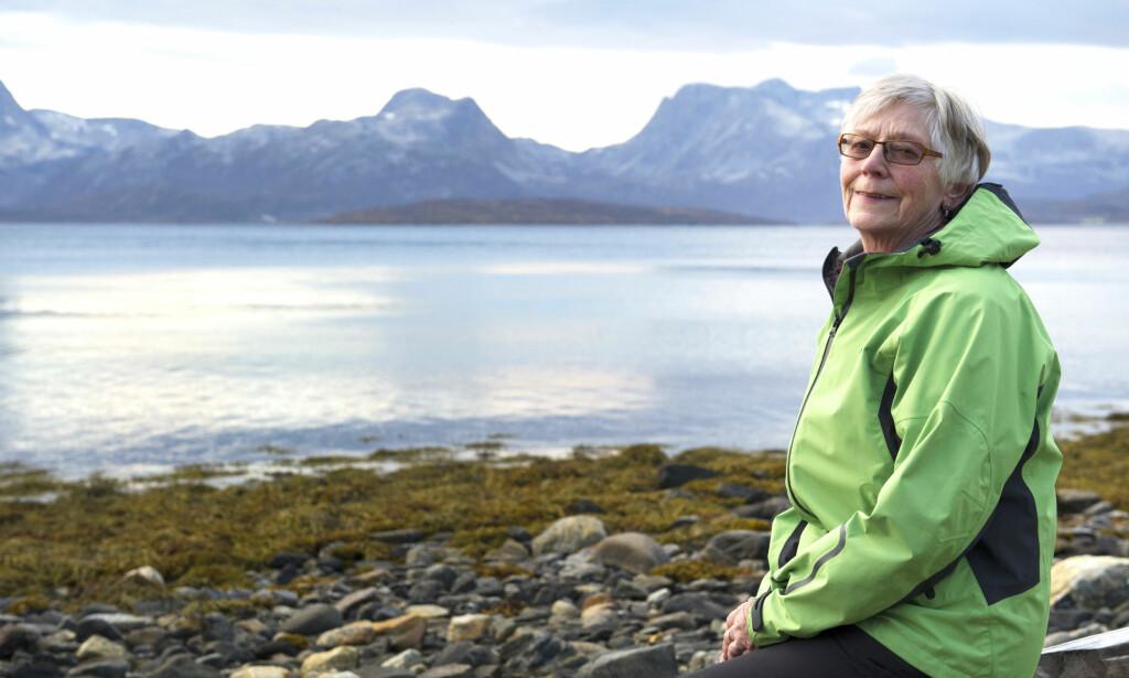 OFTE PÅ TUR på KVALØYA: - Jeg går ofte turer og trener to ganger i uka. Hjertesvikten hemmer meg ikke så mye, og med pacemaker, hjertestarter og fantastisk oppfølging, føler jeg meg trygg, sier Turid Kjellaug Hemmingsen (71). Foto: Ingunn Mælum