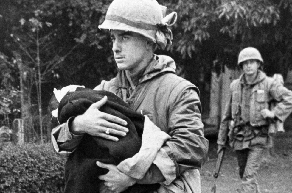 RADIKALISME: Mange unge i 1968 ble radikalisert av Vietnam-krigen. Bildet er fra februar 1968 og viser en soldat fra U.S. Marine som bærer et skadd vietnamesisk barn. Foto: NTB Scanpix