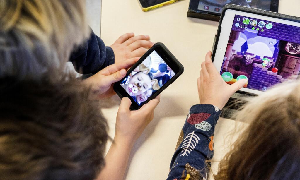 UTFORDRING: Tusenvis av småskoleelever over hele landet har fått utdelt gratis nettbrett til bruk i skolen. Nå diskuterer politikere og foreldre hvordan læringsbrettene skal sikres slik at de unge ikke utsettes for uønsket innhold. Illustrasjonsfoto: Gorm Kallestad / NTB scanpix