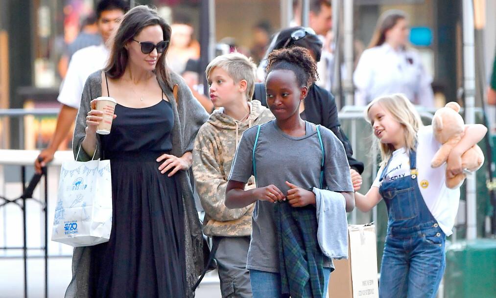 DØTRE: Angelina Jolie ønsker at døtrene skal vokse opp til å bli sterke kvinner. Her sammen med Shiloh, Zahara og Vivienne. Foto: NTB Scanpix