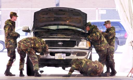 STORT SIKKERHETSOPPUD: Amerikanske soldater gjennomsøker en bil før OL i 2002. Foto: Douglas C. Pizac / AP Photo / NTB Scanpix