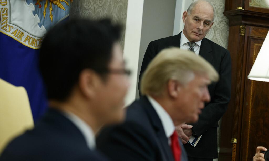 KRAFTIG IRRITERT: President Donald Trump skal være kraftig irritert på sin stabssjef John Kelly (bak). Foto: AP / NTB scanpix