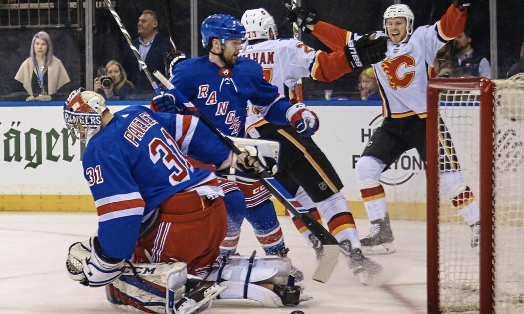 SEIER: Calgary Flames' Brett Kulak, til høyre, feirer for scoring i den første perioden mot New York Rangers. Hjemmelaget Rangers vant til slutt 4-3. Foto: Andres Kudacki / AP / NTB scanpix