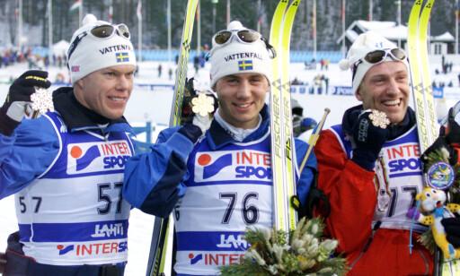 BEST I VERDEN: Per Elofsson, her sammen med Mathias Fredriksson og Odd-Bjørn Hjelmeset, knuste all motstand og vant to VM-gull som 23-åring i Lahti-VM i 2001. De neste stegene kom aldri. Foto: REUTERS/Petr Josek REUTERS