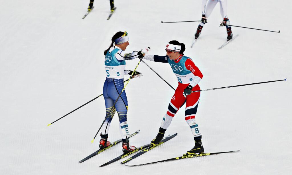 FOR STERK: Charlotte Kalla satte inn angrepet tidlige på dagens 15 kilometer med skibytte. Marit Bjørgen prøvde å følge den svenske stjerna, men lykkes ikke. Bjørgen var likevel strålende fornøyd med sølvmedaljen. Foto: Bjørn Langsem