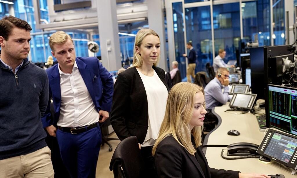 Ny opplevelse: De unge aksjemeglerne i DNB Markets har knapt opplevd noe annet enn stigende aksjemarkeder. Fra venstre: Fredric Østebø, Dennis Wollberg Vestli, Johanna Gateman og Amanda Raknes Berland. Foto: Finansavisen